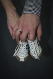 Familiehanden, moeder en vaderhand die pasgeboren babybuiten houden Stock Foto's