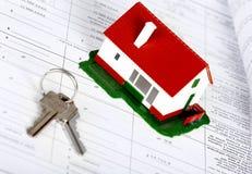 Familiehuis en sleutel. Stock Afbeeldingen
