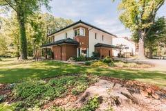 Familiehuis met zonnige veranda Royalty-vrije Stock Fotografie