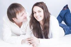Familieideeën Leuk en Houdend van Jong Kaukasisch Paar die Tijd hebben stock afbeelding