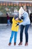 Familieijs het schaatsen Stock Foto