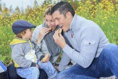 Familiekinderen die picknick in de herfstseizoen hebben Stock Foto's