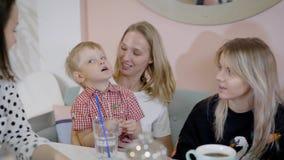 Familiekoffie De vrienden van de vergaderingsfamilie Mamma en kinderen stock videobeelden