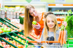 Familiekruidenierswinkel die in hypermarket winkelen Royalty-vrije Stock Foto's