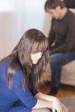 Familiekwesties en Ideeën Portret van Jonge Kaukasische Familie in Depressie stock afbeeldingen