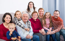 Familieleden die familiefoto maken stock afbeeldingen