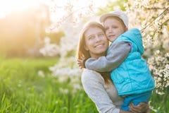 Familiemamma met dochtervrouw met kind in de lentetribune en HU Royalty-vrije Stock Foto