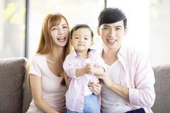 familiemoeder en vader met baby thuis royalty-vrije stock afbeelding