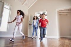 Familien-Öffnungs-Tür und Gehen in leeren Aufenthaltsraum des neuen Hauses stockbilder