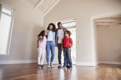 Familien-Öffnungs-Tür und Gehen in leeren Aufenthaltsraum des neuen Hauses lizenzfreie stockfotografie