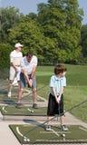Familien-übendes Golf lizenzfreie stockfotografie