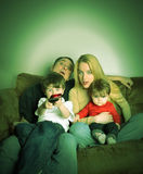 Familien-überwachender Film Fernsehapparat zu Hause stockbild