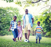 Familien-Abbinden-Erholungs-Sport-Fußball-Konzepte Lizenzfreies Stockbild