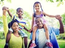 Familien-Abbinden-Glück-Zusammengehörigkeits-Park-Konzept Lizenzfreie Stockfotografie