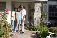 Familien-Außenseite dort bringen unter Stockbilder