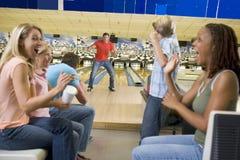 Familien auf Reise zur Bowlingbahn stockbild