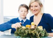 Familien-Blitz ein Weihnachtskranz Stockfotos