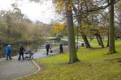 Familien, die durch Ward Park in Bangor-Grafschaft unten in Nordirland auf einem stumpfen, aber milden Herbstmorgen schlendern lizenzfreies stockbild