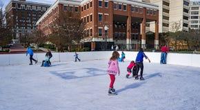 Familien, die Eislauf - 2 genießen lizenzfreies stockbild