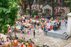 Familien, die Laternen herstellen, um chinesischen mittleren Autumn Festival zu feiern Lizenzfreies Stockfoto