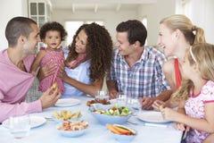 Familien, die zusammen Mahlzeit zu Hause genießen stockbilder