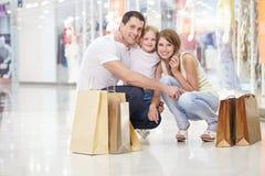 Familien-Einkaufen lizenzfreie stockfotografie