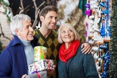 Familien-Einkaufen im Weihnachtsspeicher Stockbilder