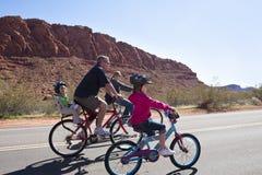 Familien-Fahrrad-Fahrt Stockbild