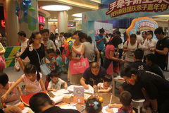 Familien-geistige Tätigkeiten im SHENZHEN Tai Koo Shing Commercial Center Stockfoto