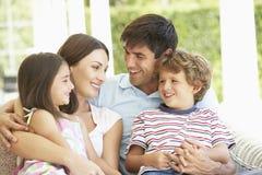 Familien-Gruppe, die auf Sofa Together sich entspannt stockfotos