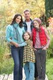 Familien-Gruppe, die draußen auf hölzernem Gehweg steht Lizenzfreie Stockbilder
