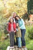 Familien-Gruppe, die draußen Gehweg steht Stockbild