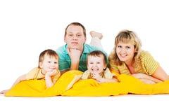 Familien-Gruppe, die im Studio sitzt Lizenzfreies Stockfoto