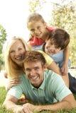 Familien-Gruppe, die Spaß im Park hat Stockbild