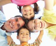 Familien-Gruppe, die unten Kamera untersucht Lizenzfreie Stockfotografie