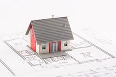Familien-Haus auf einem Plan Lizenzfreie Stockbilder