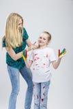 Familien-Ideen Mutter und ihre kleine kaukasische blonde Tochter, die Spaß-Zeit zusammen haben Stockfotografie