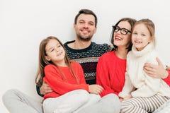 Familien-, Kinder- und Leutekonzept Glückliche begeisterte nette Mutter lizenzfreies stockfoto