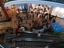 Familien kommen zu einer Partei im Mall von Prag stockbilder