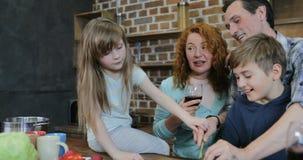 Familien-Kommunikation, beim in der Küche zusammen kochen erzieht mit zwei Kindern, die zu Hause zubereiten das Lebensmittel, das stock video