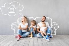 Familien-neues bewegliches Tageshaus-Hauptkonzept lizenzfreie stockfotos