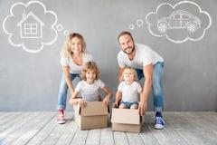 Familien-neues bewegliches Tageshaus-Hauptkonzept lizenzfreie stockfotografie