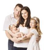 Familien-Porträt mit Kindern, jungem Mutter-Vater-Daughter New Born-Baby, vier Personen, glücklichen Kindern und Eltern Lizenzfreie Stockfotos