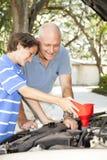 Familien-Projekt - Ölwechsel Stockfoto