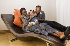 Familien-Raum-Spaß - Familien-Liebkosung lizenzfreie stockbilder
