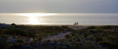 Familien-Schattenbild am Strand Stockbilder