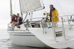Familien-Segeln auf Boot während der Ferien lizenzfreie stockfotos