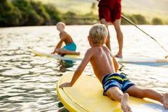 Familien-Spaß, stehen oben schaufelnd Lizenzfreies Stockbild