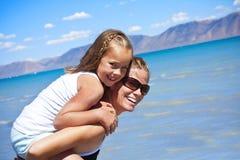 Familien-Spaß am Strand stockfotografie