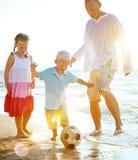 Familien-Strand-Fußball-Feiertags-Fußball-Zusammengehörigkeits-Konzept lizenzfreies stockfoto